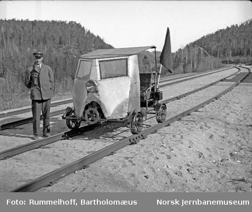 Banemester Einar Markussen med sin motortralle