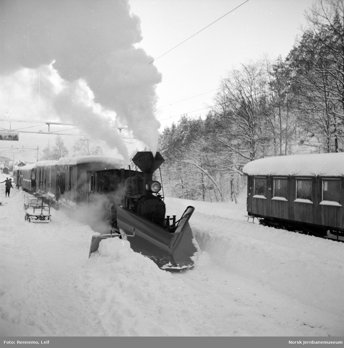 Setesdalsbanens damplokomotiv nr 2 foran godstog 5661 på Grovane stasjon