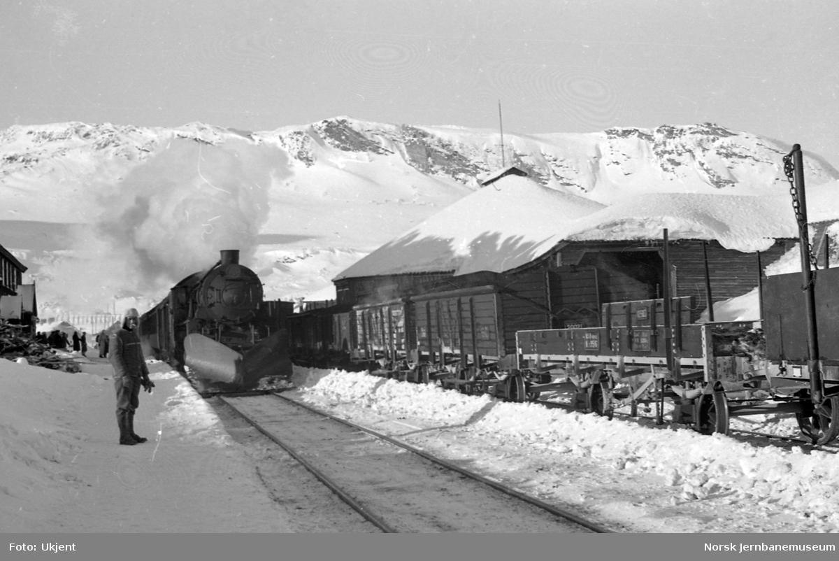 Damplokomotivet type 31b med østgående tog ankommer Finse stasjon