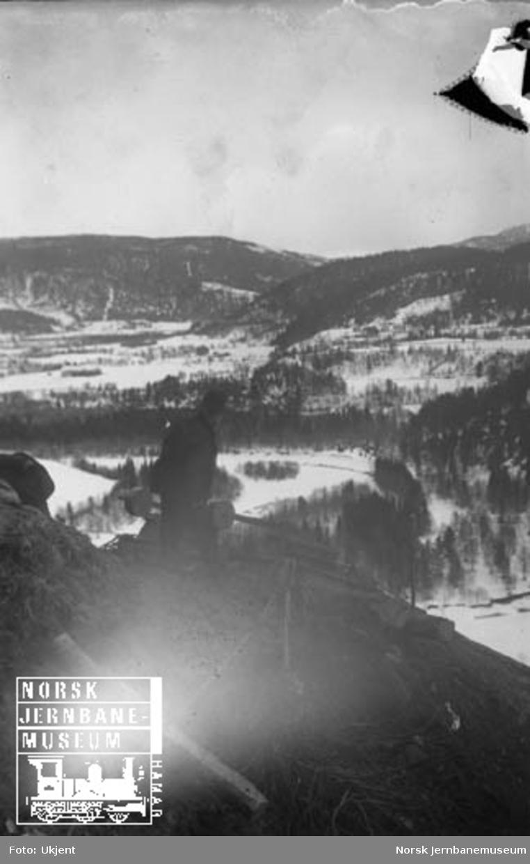 Avdekking av en større jordskråning ved hjelp av vagg på en bremsebane, ca. 3 km sør for Støren stasjon; gården Flåtaplassen i forgrunnen