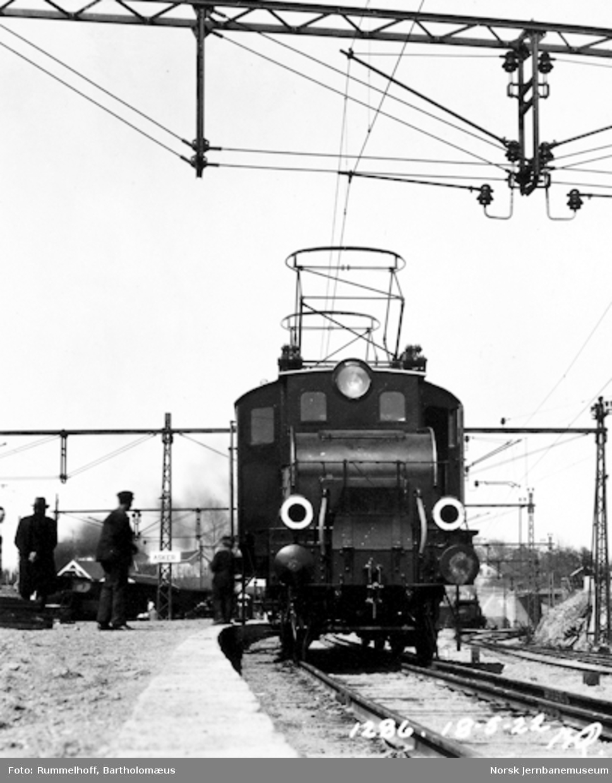 Drammenbanens elektrifisering : elektrisk lokomotiv type El 1 på Asker stasjon