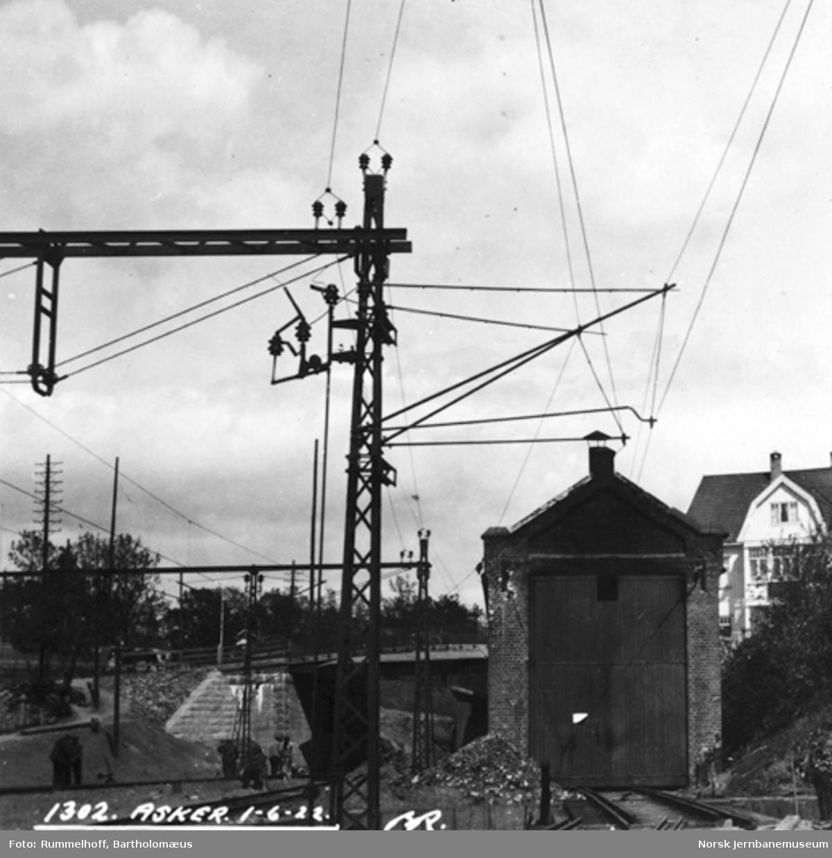 Drammenbanens elektrifisering : kontaktledningen til lokstallen