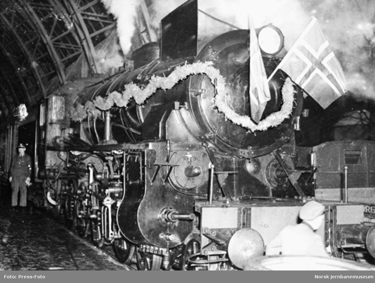 Damplokomotiv type 31b på Bergen stasjon, pyntet i anledning banens 40 års-jubileum