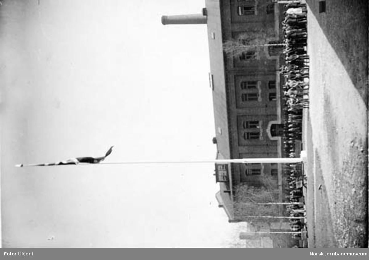 Verkstedet Sundland : innvielse av 26,5 meter høy flaggstang 17. mai 1929