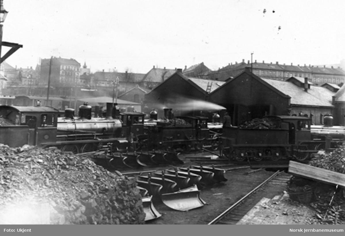 Damplokomotiver foran lokomotivstall på Oslo Ø