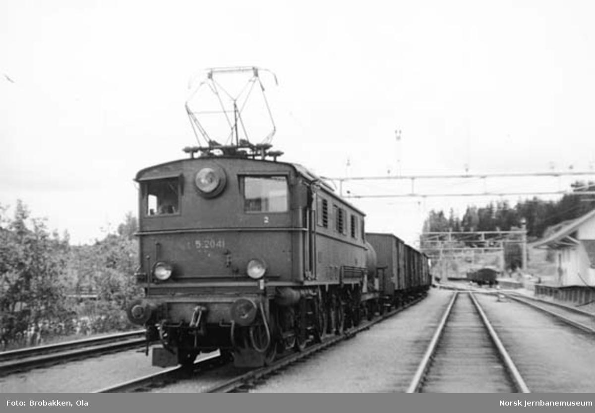 Elektrisk lokomotiv type El 5 nr. 2041 med godstog 5275 på Bøn stasjon