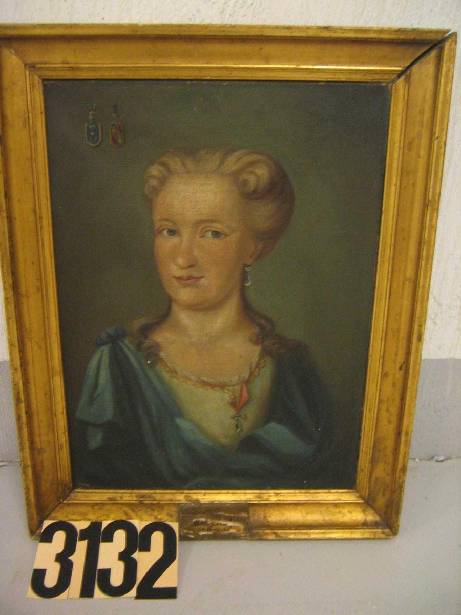 Kvinneportrett, 3/4 profil. Kvinne m/lyst oppsatt hår, lys kjole og blå kappe utenpå kjolen, to våpenskjold i øvre venstre hjørne. (det ene er Anker)