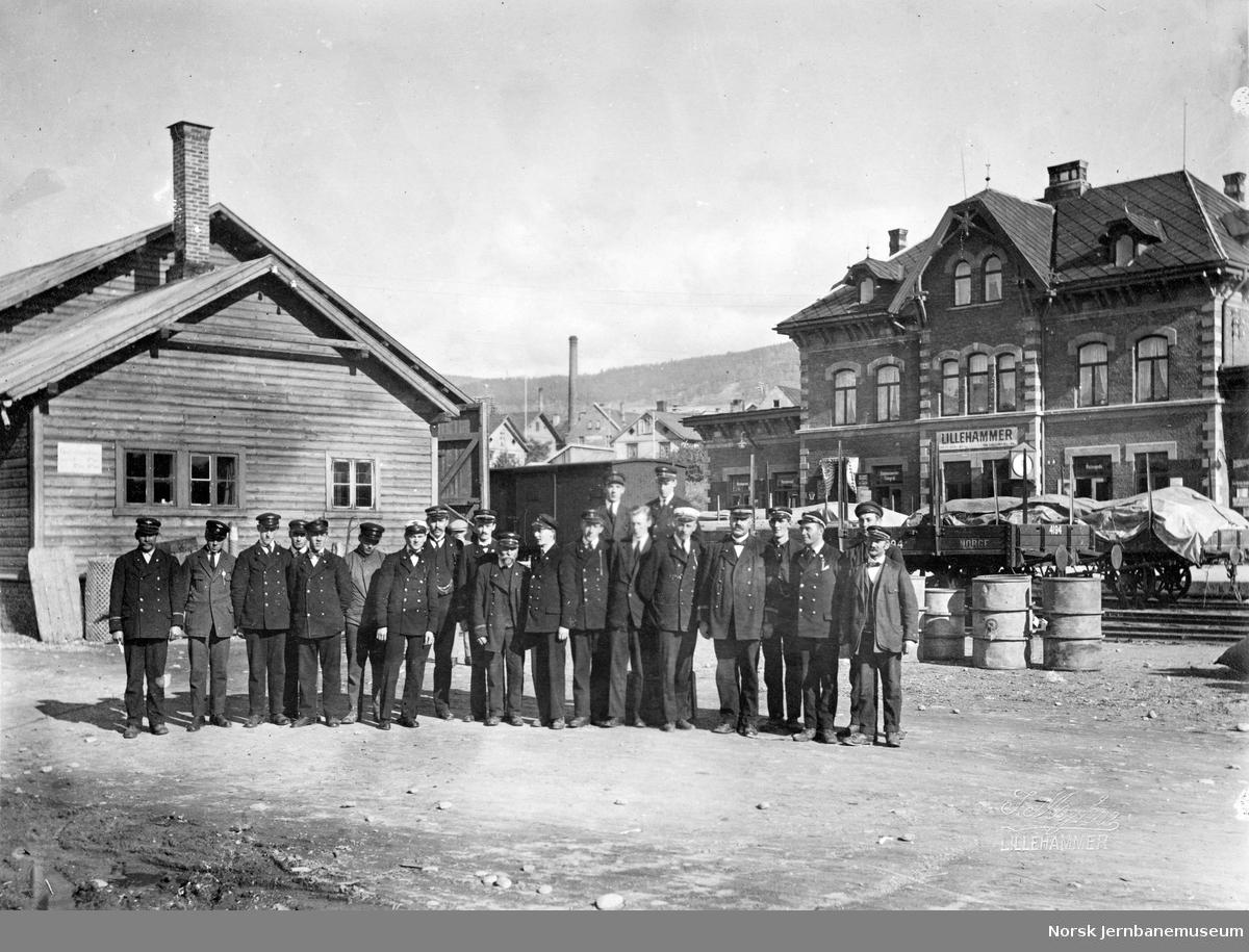 Lillehammer stasjon : gruppebilde med stasjonsmester Niels Peter Amundsen og hans stab