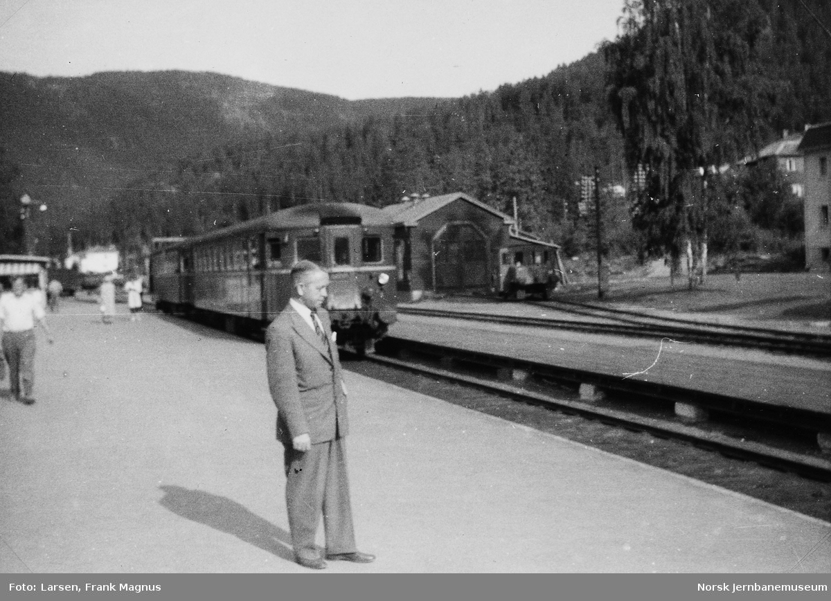 Fagernes stasjon stasjon med Frank M. Larsen i forgrunnen