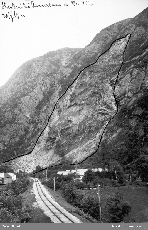 Steinskred på Raumabanen km 453,8 28. juli 1935 : oversiktsbilde med inntegnet rasomfang