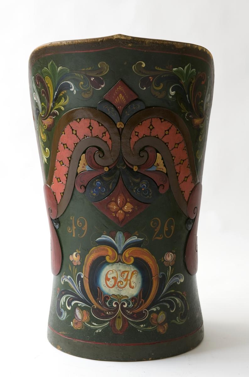 Kubbestol med dekormaling, rosemaling og utskårne detaljer.