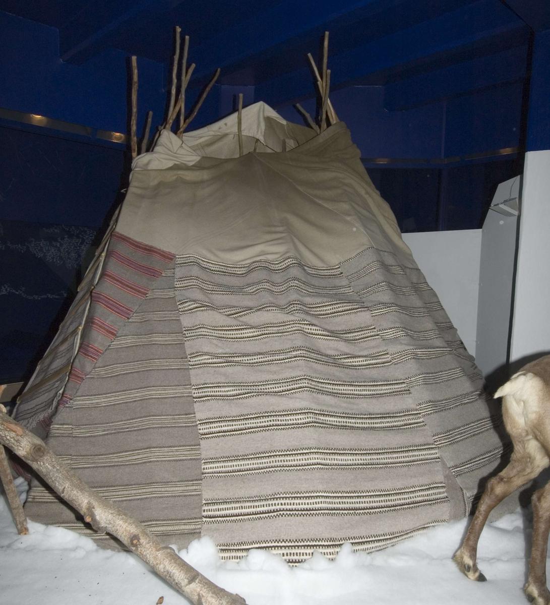 Den teltduken som nå ligger i en eske i samisk mag. i C-bygg er trolig duken til det teltet som ble kondemnert i 1979. LP 2015