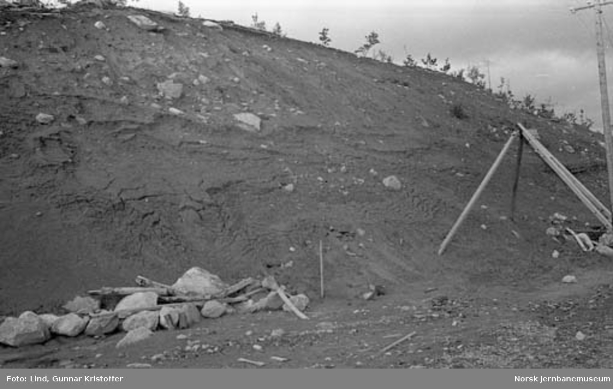 Nordlandsbaneanlegget : steinmur dekker av rasmasser i Stokkalia