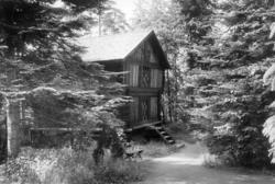 Loft fra Søndre Berdal, Nesland, Vinje, Telemark. Fotografert på Norsk folkemuseum (Kong Oscar IIs samlinger), juli 1925.