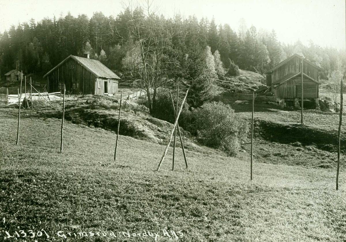 Grimsrud, Norby, Ås, Akershus. Småbruk, hesjestaur på jordet.