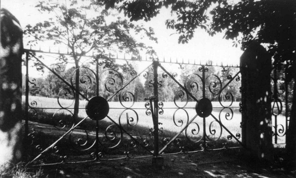 Smijernsport inn til parken ved Ulefos hovedgård i Telemark. Smijernsportene ble antakelig tegnet av sliperiformann Anton Hansen, født i Kristiania i 1851, og smidd i 1894 av Isak Andersen, Isak Smed, født i Melum  i 1836.
