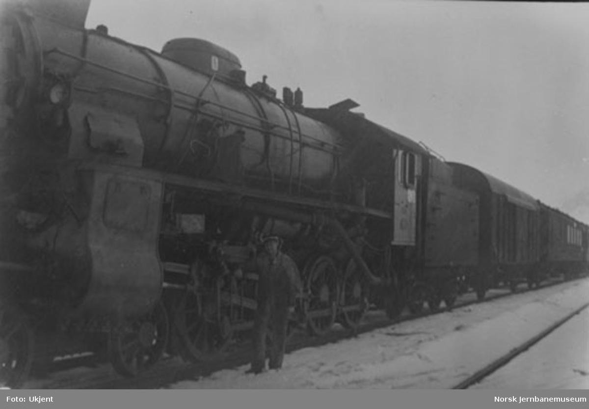 Lokomotivfører Kaare J. Teye foran damplokomotiv nr. 431
